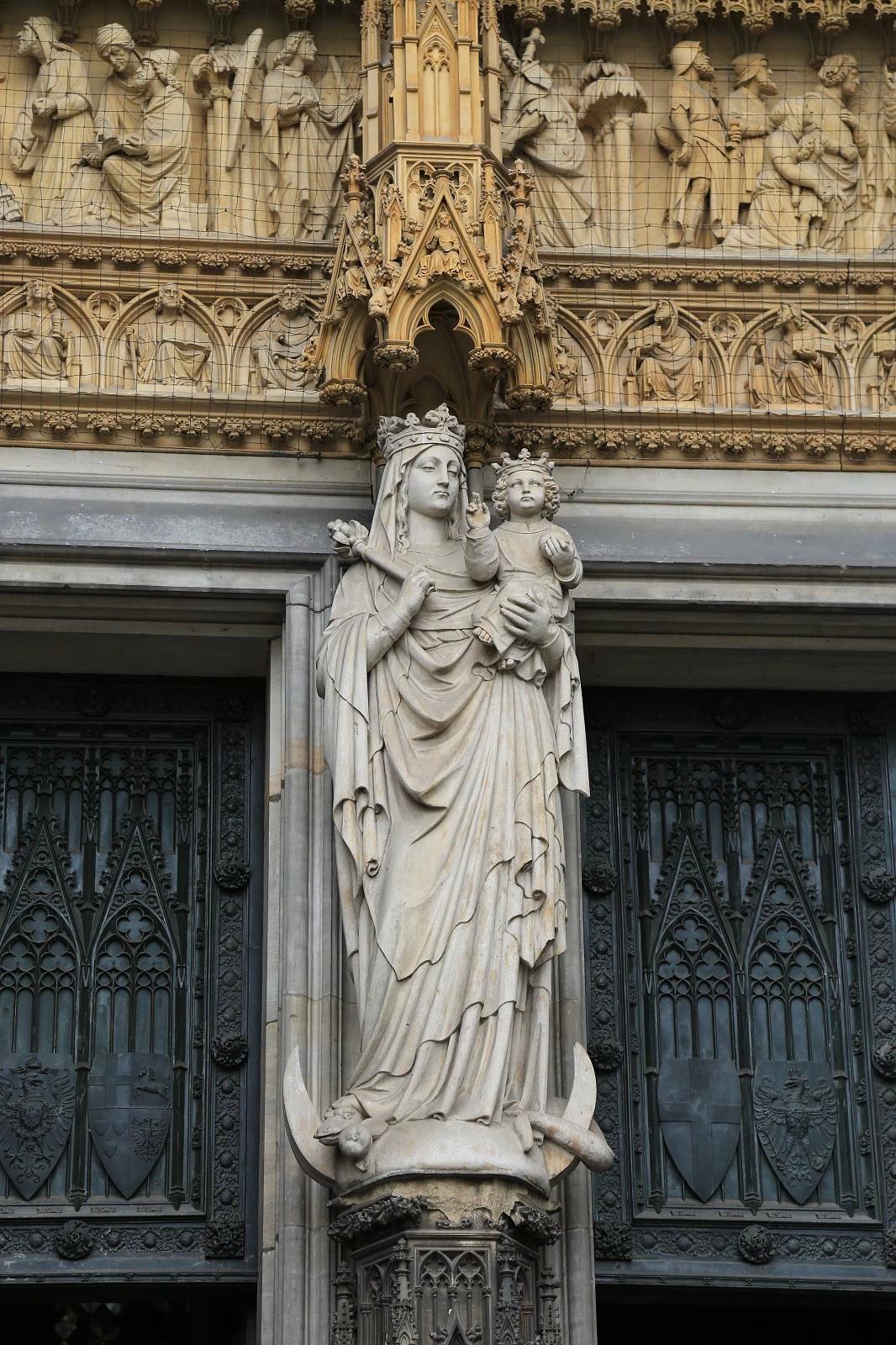 万多方米,全装有描绘圣经人物的彩色玻璃,被称为法兰西火焰式,使教堂图片