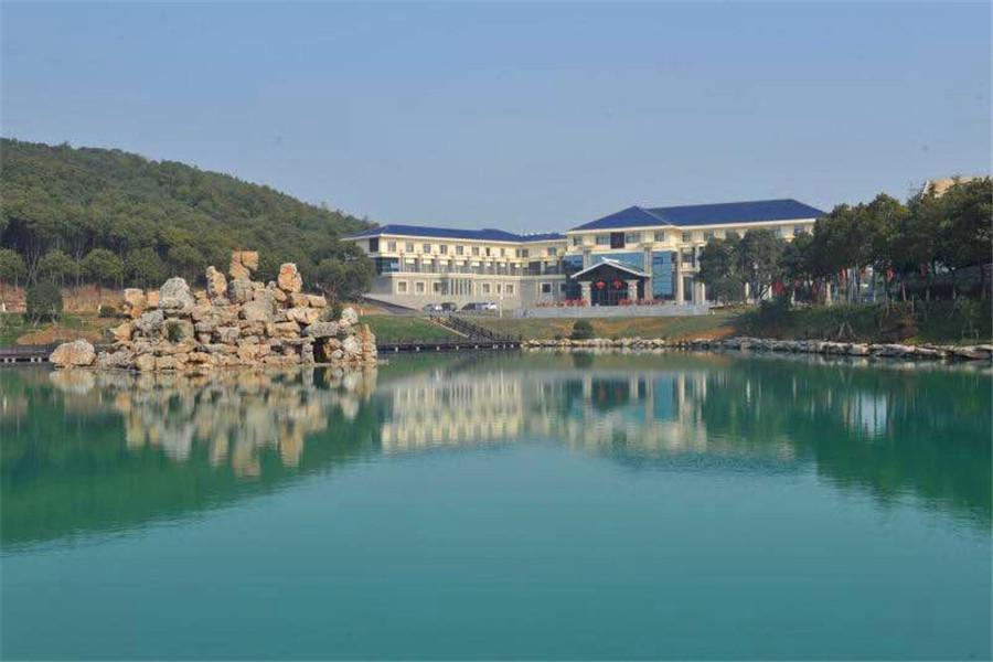 酒店临近国家级旅游景区——宜兴云湖风景区大觉寺约12.8公里,驾车
